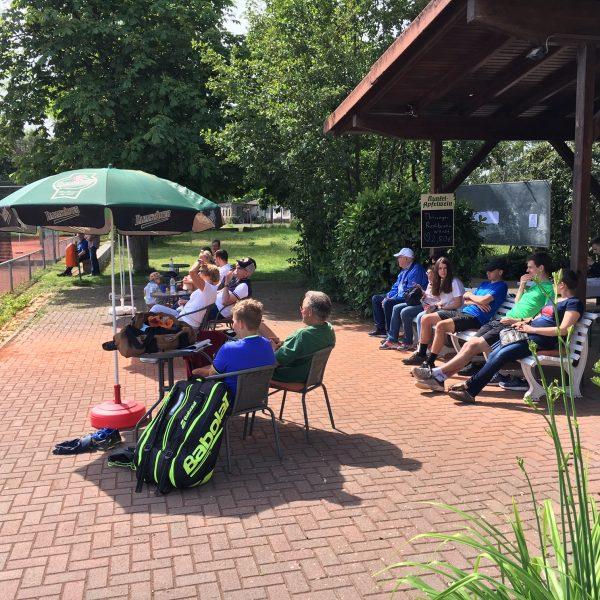 Zuschauer auf der SKV/TV-Tennisanlage