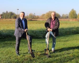 Bürgermeister Marcus Merkel (li.) und Ralf Schmierer pflanzen Eichen auf dem Tennisgelände.